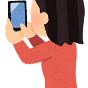 スマホで写真を撮る人の後ろ姿のイラスト(女性)