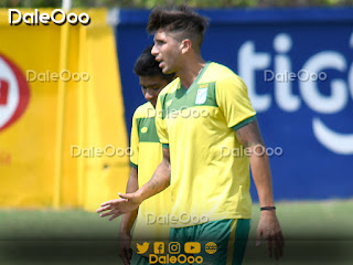 Lucas Mugni aconsejando a Rodrigo Saucedo en la práctica de Oriente Petrolero - DaleOoo