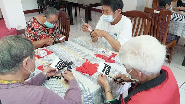 彰化榮家傳承剪紙藝術 長輩體驗中國傳統文化