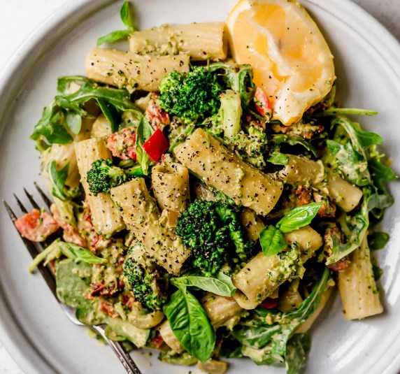 Lemony basil creamy vegan pasta with broccoli and sundried tomatoes #veggies #vegandinner