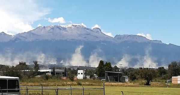 Una gran grieta abre la tierra en Huejotzingo, Puebla, y brota de ella una fumarola del Popocatépetl (VIDEO)