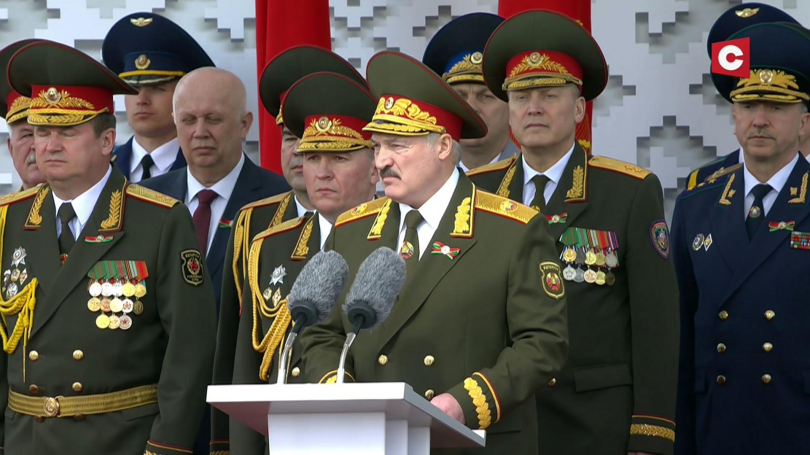 Ir paradą baltarusiai surengė, ir kaimynams, dėl coronos į kelnes pridėjusiems, nosį nušluostė (video)