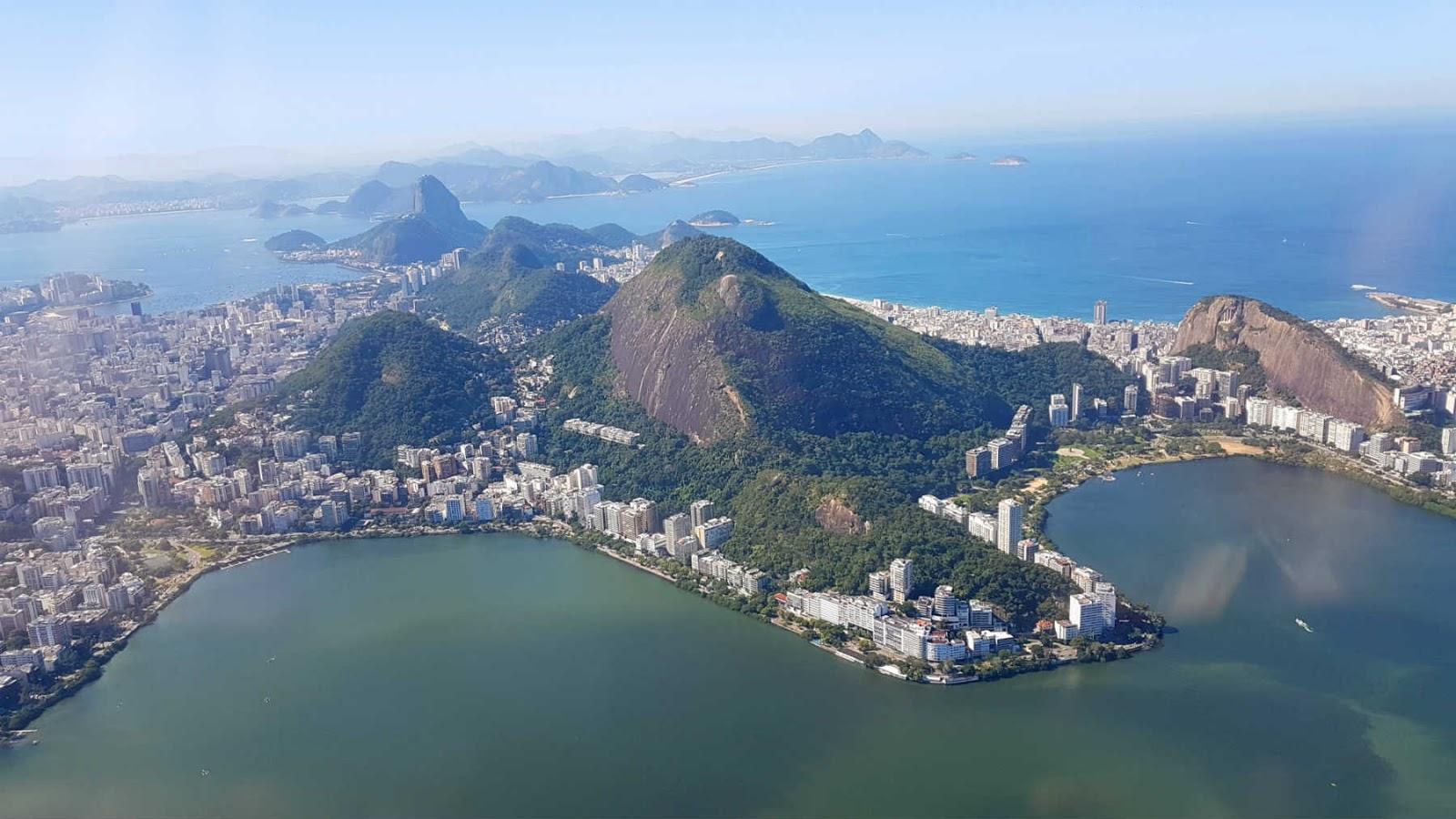 Lagoa Rodrigo de Freitas vista do voo de helicóptero no Rio de Janeiro.