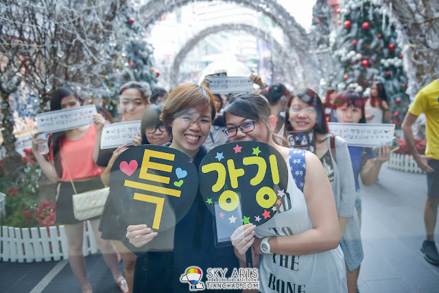 Early birds queuing up to enter the mall to meet Super Junior members LeeTeuk and KangIn