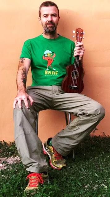 Foto de Pau Donés posando sentado