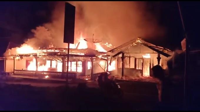 BREAKING NEWS : Diduga Korsleting, Dua Rumah Terbakar di Kudu Ganting