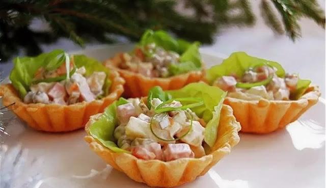 Корзиночки с мясным салатом картинка