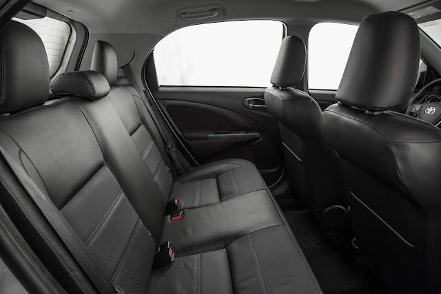Toyota Etios 2017 Platinum Automático - espaço traseiro