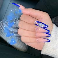 Decoración de uñas en azul