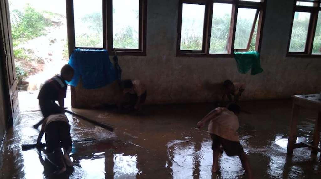 Ruang Kelas SDN Ceko Nobo Tergenang Air Hujan