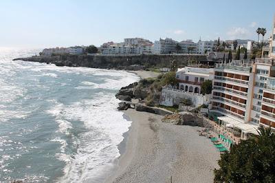 widok na morze śródziemne i plaże  w miejscowości Nerja