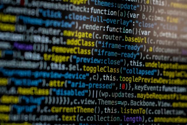 Acercamiento del detalle de un desarrollo en el monitor de una computadora
