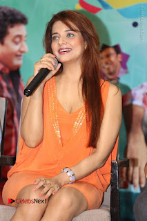 Actress Saloni Aswani Pos in Short Dress at Meelo Evaru Koteeswarudu Movie Interview  0130.JPG