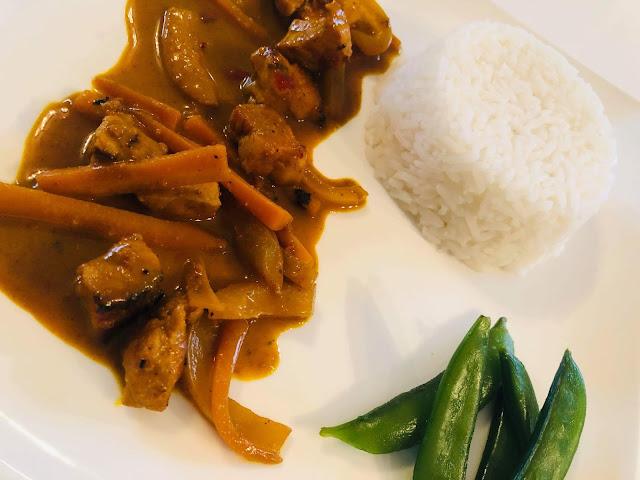 Przepisy kulinarne- Kurczak z kurkumą w mleku kokosowym / ryż jaśminowy / groszek cukrowy