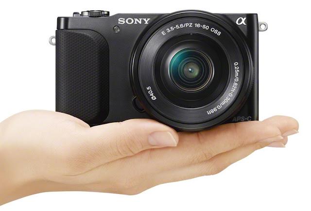 La Sony NEX 3N con lo zoom 16-50mm fotografata di fronte