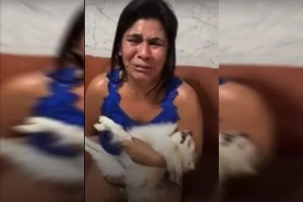 """Vídeo: aos prantos e com cachorro morto no colo, mulher critica pet shop: """"Era meu filho"""""""