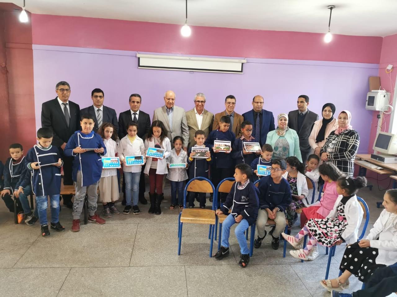 جامعة الأخوين بإفران تمنح مدرسة الرياض الابتدائية بإفران 32 لوحة إلكترونية متضمنة لمضامين رقمية
