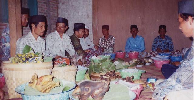 https://www.abusyuja.com/2020/02/hukum-memberikan-makanan-kepada-orang-yang-bertakziah.html
