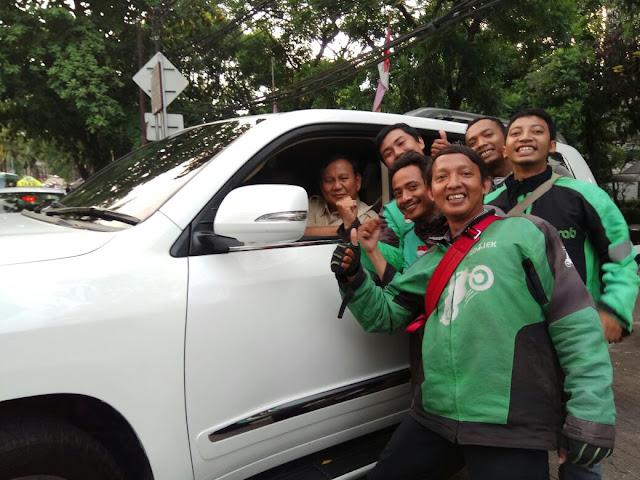 Ketika Driver Ojol Sumringah Foto dengan Prabowo