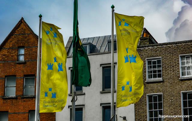 Bandeiras da cidade de Dublin e da Irlanda hasteadas no Castelo de Dublin