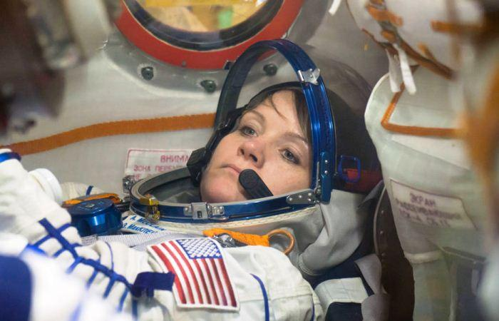 Astronot NASA Anne McClain di dalam Soyuz MS-11