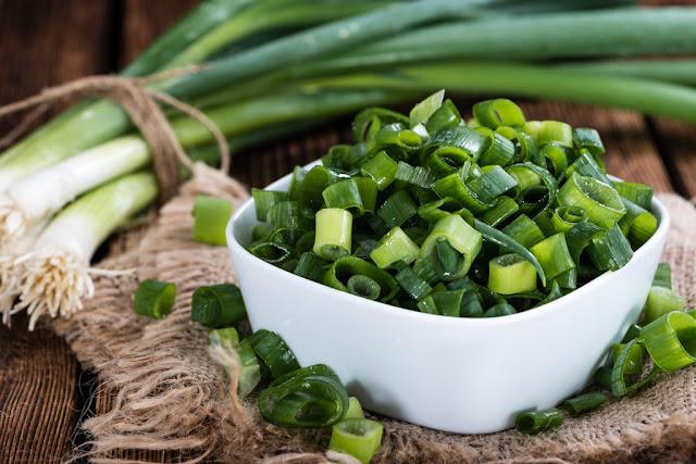 فوائد البصل الأخضر ودوره في ضبط ضغط الدم