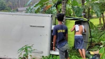 Mobil Box Terguling di Bone Gara-gara Ban Selip