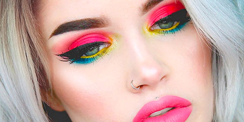 Ojos bonitos maquillados con sombras de ojos de colores