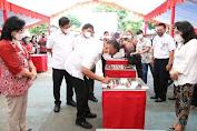 Peringatan Hardiknas, Olly Serahkan Bantuan Kepada Sekolah Swasta, Negeri dan SLB