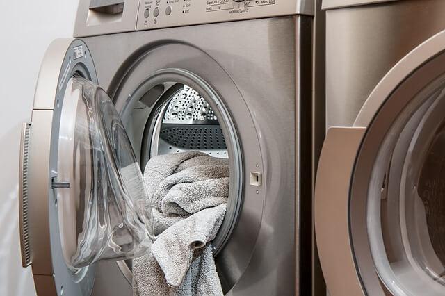 separar as roupas para lavar
