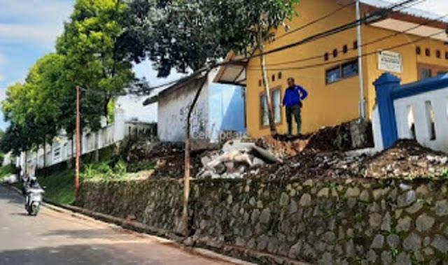 CCTV Istana Presiden Cipanas Rekam Detik-detik Ambruknya Pagar Desa