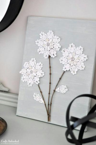 Hiasan dinding bentuk bunga dari canvas dan kain renda