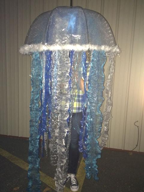 Disfraz casero e medusa hecho con un paraguas