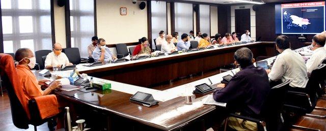 मुख्यमंत्री योगी ने जे०ई०, ए०ई०एस० तथा अन्य संचारी रोगों की रोकथाम एवं नियंत्रण के लिए पूरी तैयारी समयबद्ध ढंग से किए जाने के निर्देश दिए