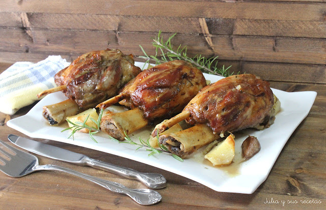 Codillos de cerdo al horno con romero y tomillo