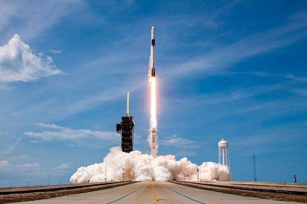 Ukir sejarah, SpaceX berhasil mengirim astronot ke stasiun luar angkasa