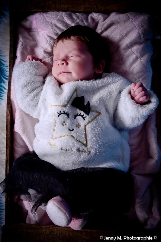 portrait bébé en studio photo bébé dans caisse en bois