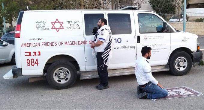 Dos paramédicos de diferentes religiones rezan juntos y se hacen virales