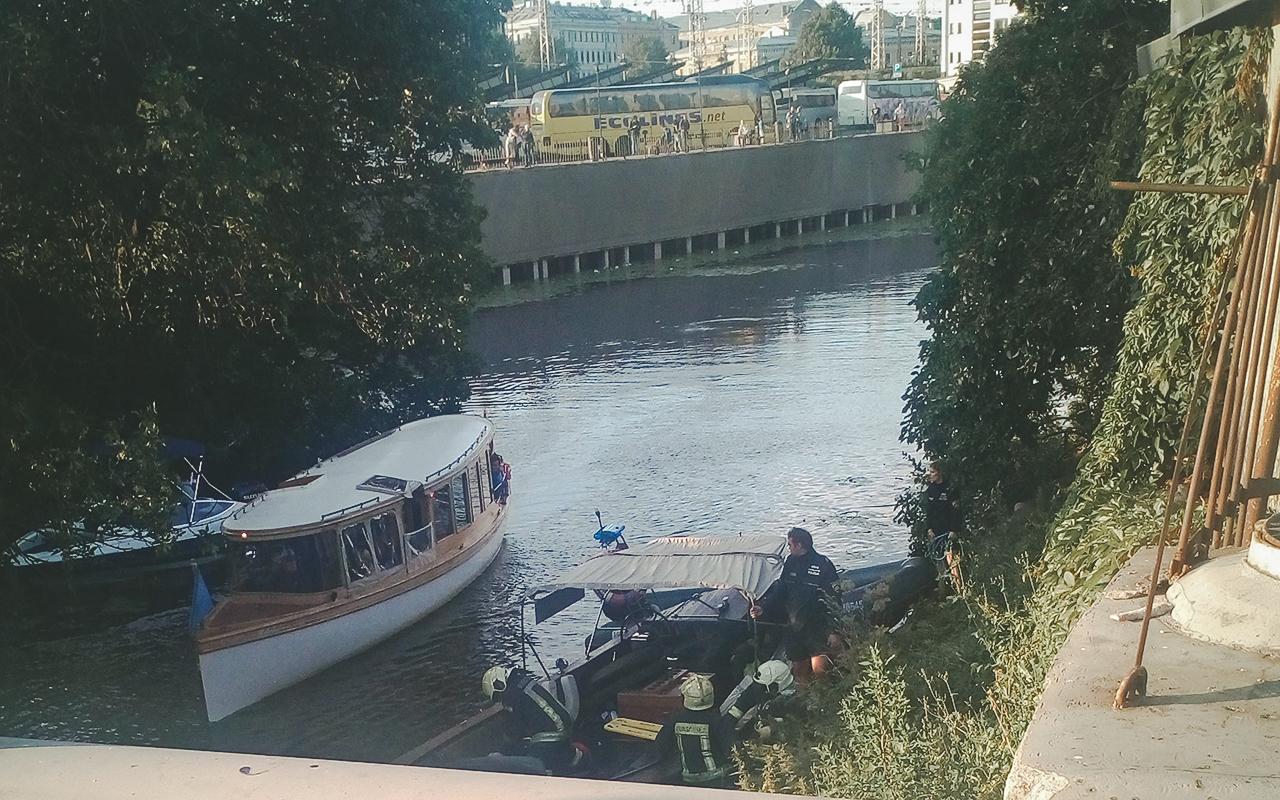 Neizdodas glābt Rīgas kanālā iekritušo cilvēku