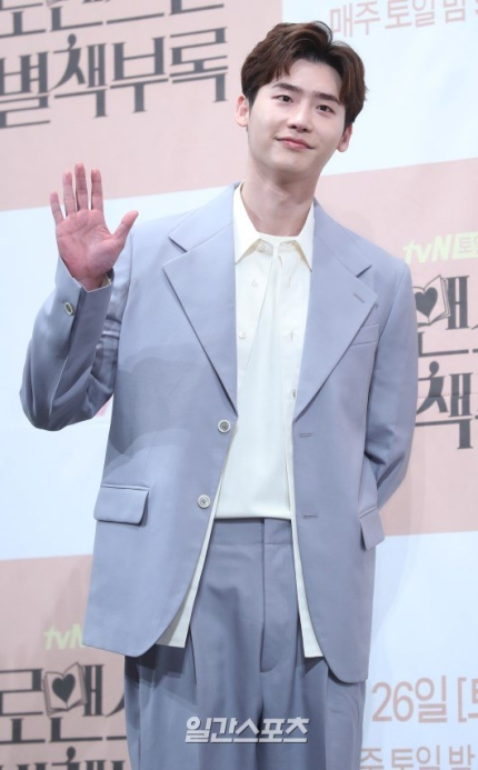 Actor Lee Jongsuk revealed to has donated 100 million won to help the medical staff prevent the spread of Corona19.