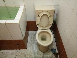 kloset kamar mandi kinclong bersih