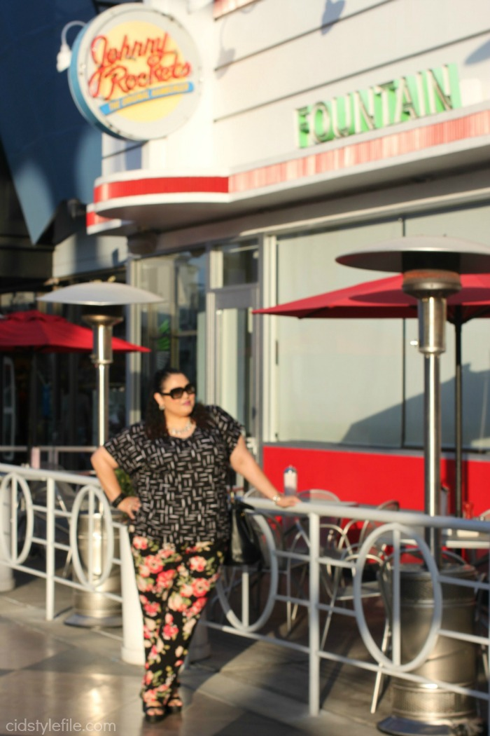 johnny rockets, veggie burger, vegetarian menu, mixing prints, floral pants, old navy, cidstylefile, untamed style, latina blogger, fashion blogger, oc blogger, new menu,
