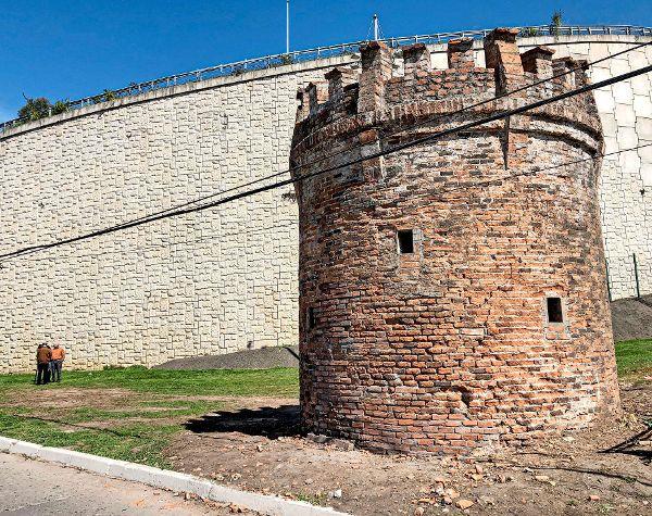Descubren antiguo torreón que estaba bajo tupidas enredaderas