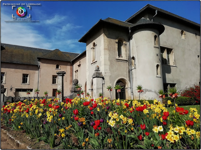 Le village de Bainville-sur-Madon peut s'enorgueillir de posséder l'une des maisons que possédait  le célèbre graveur ducal Jacques Callot (1591-1635), fils de Jean Callot, héraut d'armes  du duc Charles III de Lorraine. Aujourd'hui, elle est occupée par le Centre Jacques Parisot !
