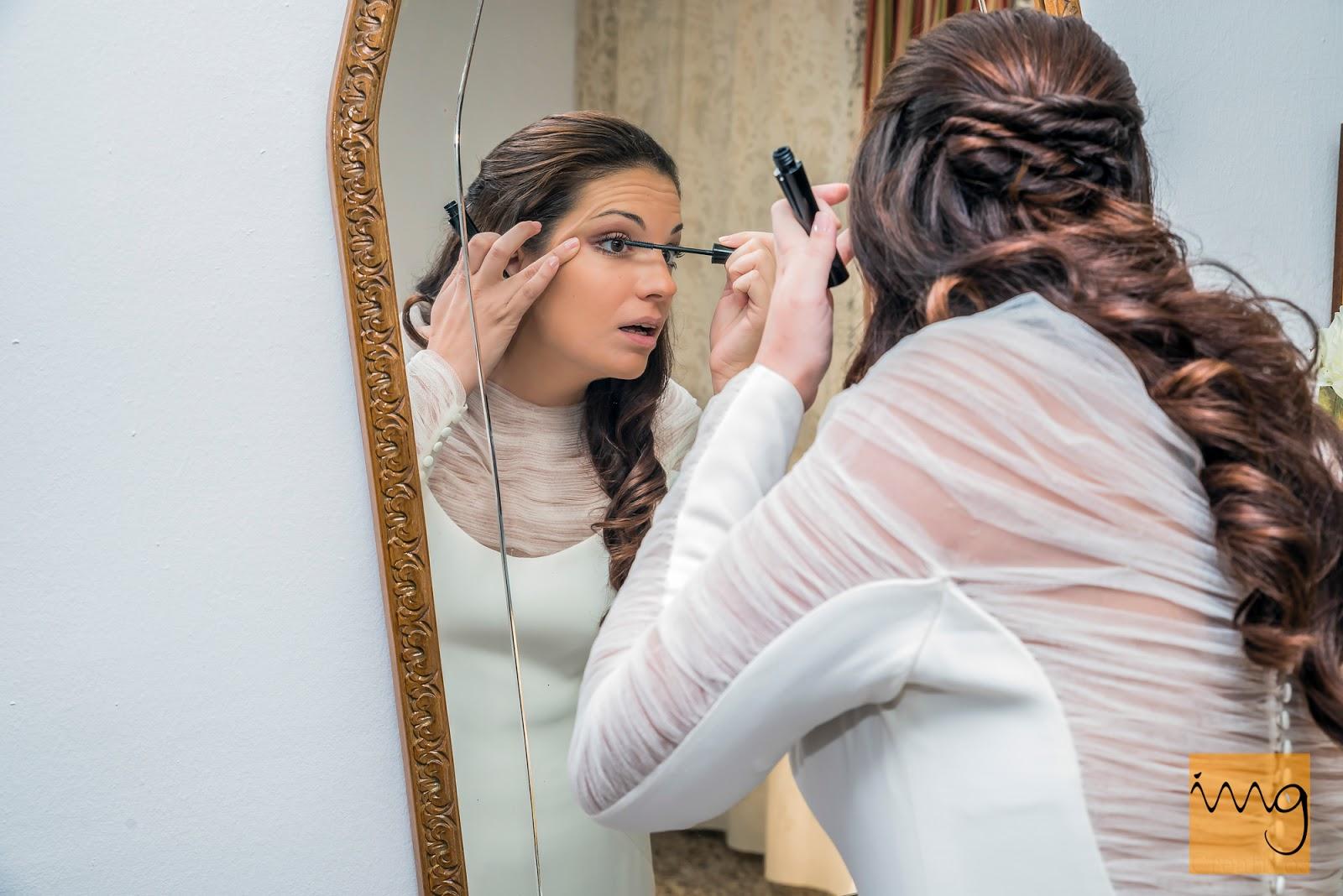 Fotografía de la novia frente al espejo