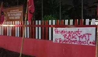 "Kantor Parpol Pendukung Omnibus Law Dipasangi Segel ""Pengkhianat Rakyat"""