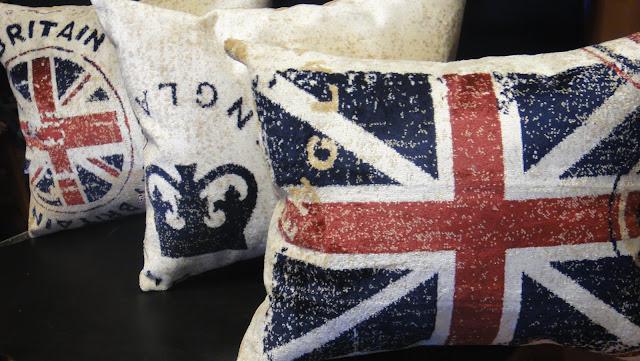 Декоративные подушки на диван для интерьера в стиле Лондон. Ворсованная ткань, застежка - молния. Можно заказать только чехлы на подушки для дивана, можно заказать с подушкой вкладышем