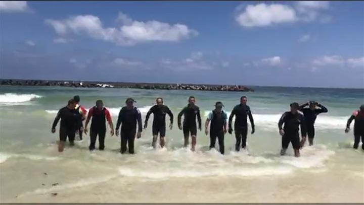 """بالصور رجال الإنقاذ بالإسكندرية يواصلون عملهم في البحث عن """"شادي"""" بشاطئ النخيل"""