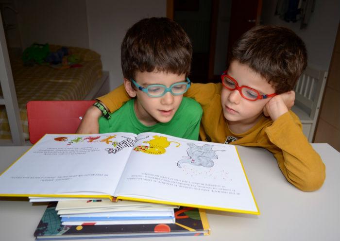 cuentos para enseñar valores niños, educación emocional y en valores, niños leyendo