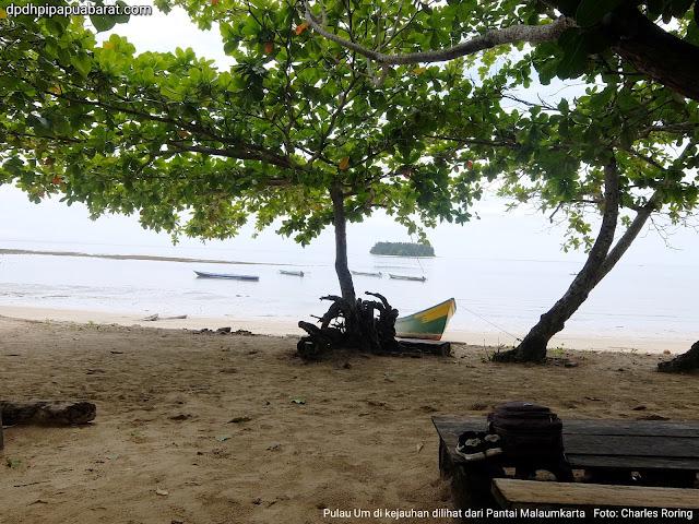 Pulau Um dilihat dari Pantai Malaumkarta